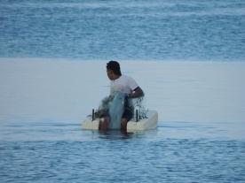 Ein Fischer im Hafen von Cojimar - dem Ort, der Hemingway als Vorlage für 'Der alte Mann und das Meer diente.