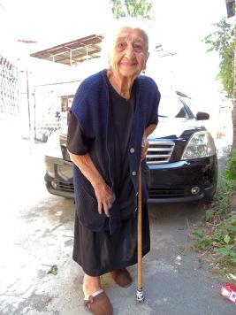 Diese alte Dame hat mich irgendwie dazu gebracht, einen riesigen Steinhaufen umzuschichten. Was das ganze sollte, konnte sie mir nicht sagen, aber scheinbar hat sie das sehr glücklich gemacht.