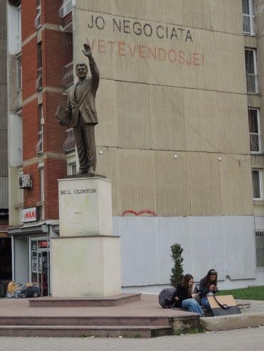 Bill Clinton genießt seit der NATO-Intervention gegen Serbien 1999 Heldenstatus im Kosovo. Im zu Ehren wurde in Priština eine Statue errichtet.