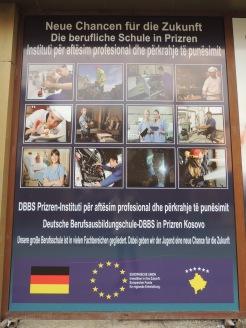 Bei Werbung wie dieser überall im Kosovo ist nicht wirklich verwunderlich, dass viele Kosovaren ihr Glück in Deutschland suchen. Anstatt auf Migranten rumzuhacken, sollten wir uns mal fragen, wie wir andere Länder wahrnehmen. Diese Kampagne wirkt, als sei der kleine Balkanstaat nichts weiter als ein Arbeitskräftereservoir für uns.