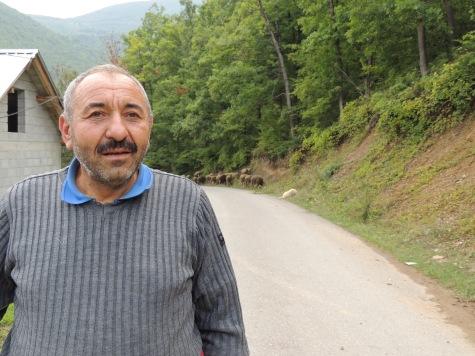 Dieser Farmer und Hirte beschwert sich über den desolaten Zustand seines Landes und der Unmöglichkeit für viele Arbeit zu finden. Schuld daran sei die Isolation unter der das kleine Land ächzt.