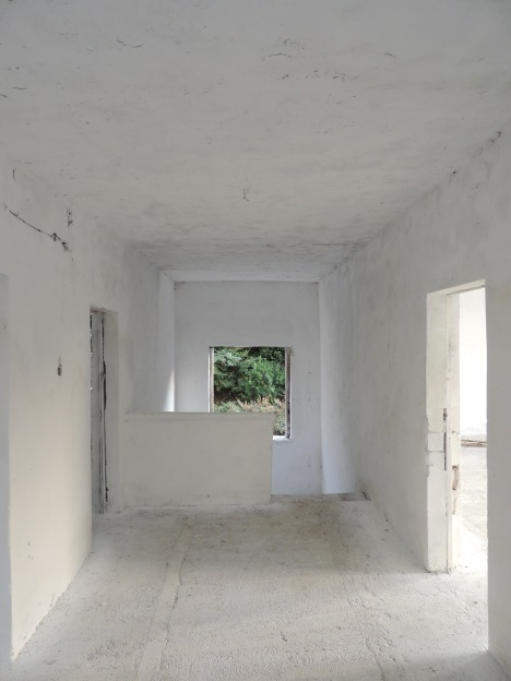 Albanien ist auch das Land der unfertigen Häuser. Die Landschaft steht voll mit Rohbauten.